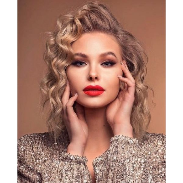 Glamorous Waves Hairstyle With Side-swept Strands Hairstyles For Blonde Hair