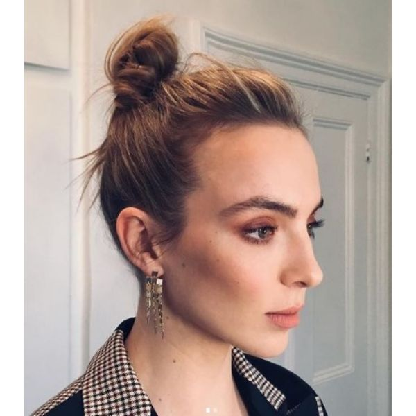 Jodie Comer's High Messy Bun Hairstyle For Blonde Hair