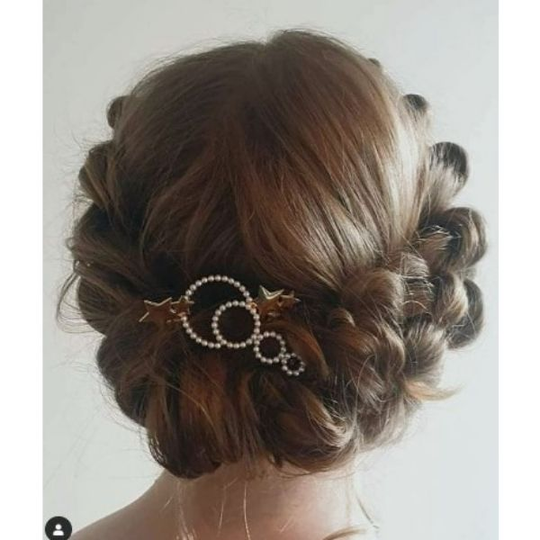 Romantic Wedding Hairstyles For Medium Hair With Star Pins