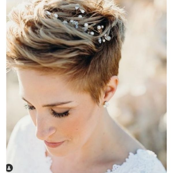 Short Spiky Pixie Wedding Hairstyles For Blonde Hair With Hair Comb